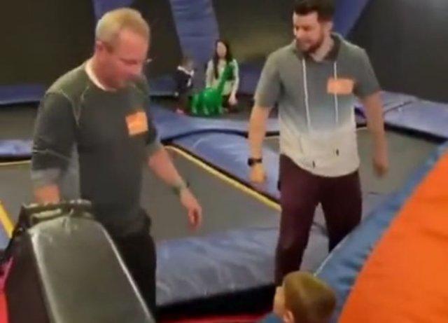 Смешной фейл с ребенком на батуте
