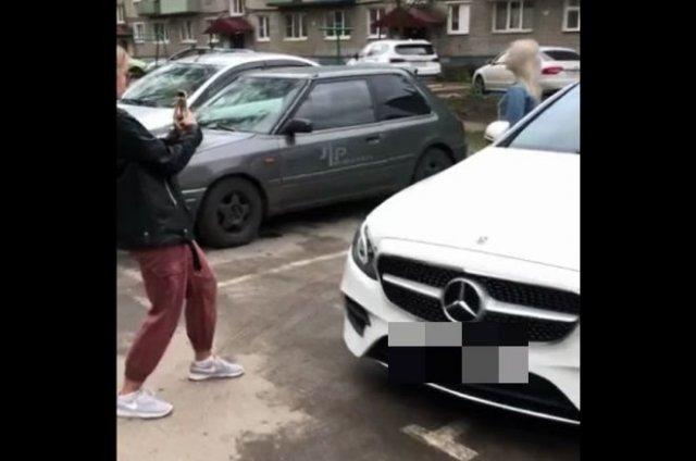 Хотели сделать фото с дорогой машиной, но им помешали