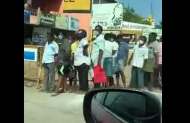 В индийском городе Тамил Наду разрешили работать одному алкогольному магазину - вот что получилось