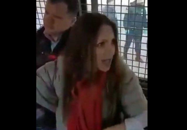 """""""Заживо заваривают, полиция получила приказ стрелять на поражение"""": неадекватная дамочка про режим"""