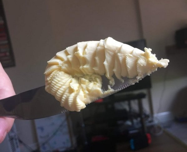 Кусочек сливочного масла выглядит как креветка