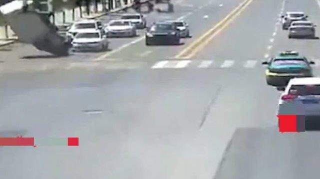"""""""Мистические"""" кадры: грузовик необычным образом перевернуло сильным порывом ветра"""