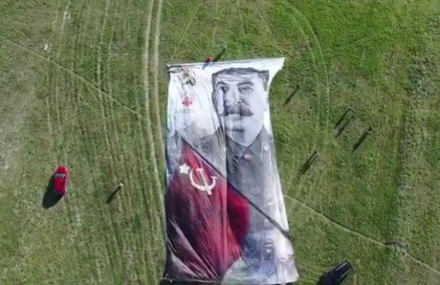 Над Крымом подняли в воздух огромный 40-метровый портрет Иосифа Сталина