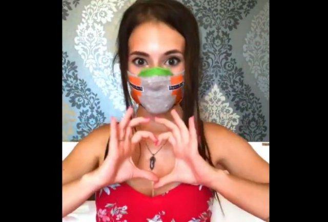 Девушка показала, как быстро сделать симпатичную маску из не самой подходящей вещи