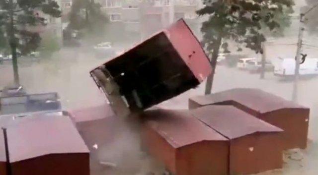 Ураган в Чите: порывами ветра уносит гаражи и сносит крыши