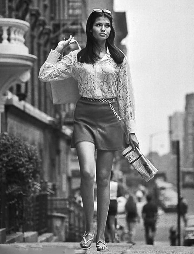 Девушки в мини-юбках из 1960-1970-х годов