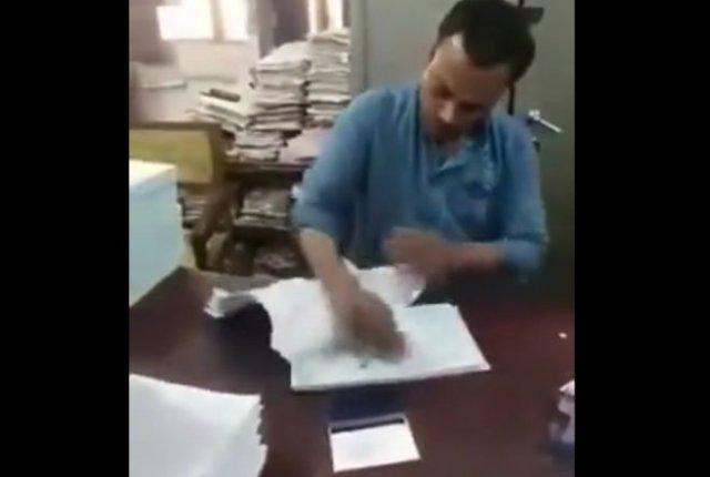 Ставит печати в документах со скоростью машины