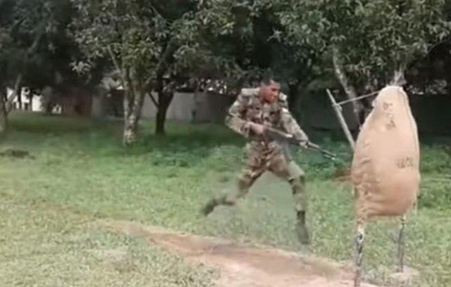 Бешеные военнослужащие армии Бангладеша отрабатывают технику штыкового боя на гигантской картошке