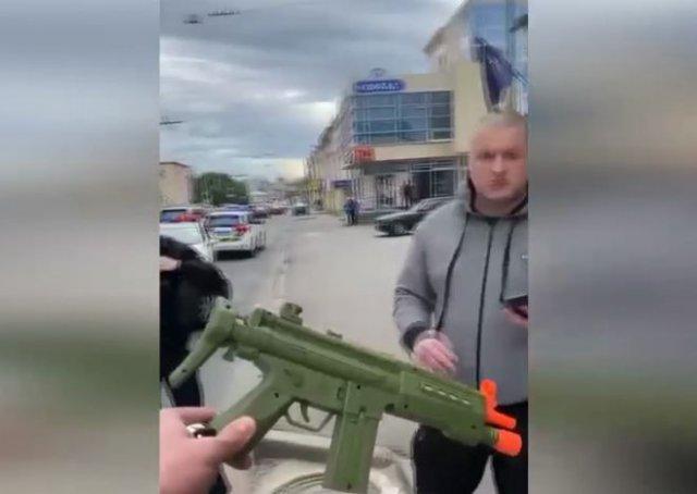 Полицейский, испугавшийся игрушечного автомата в руках ребенка