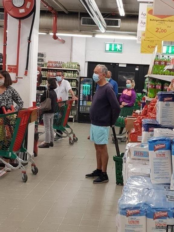 Президент Португалии Марселу Ребелу де Соуза в магазине