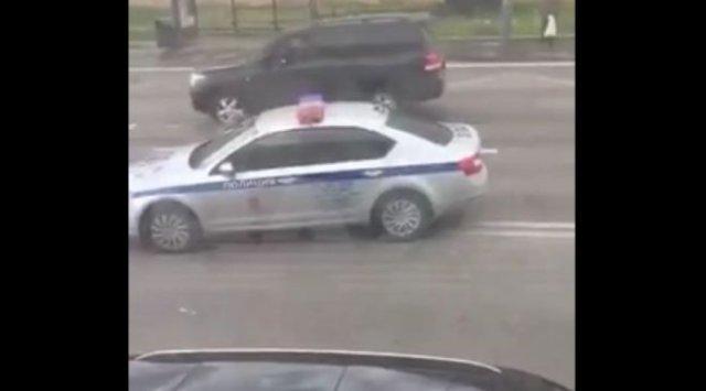 Сотрудники ДПС из Москвы чуть не потеряли служебную машину, отправившись на цветочную базу