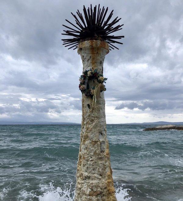 Бетонный столб с шипами