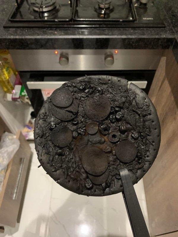 Пицца лежала в духовке... год