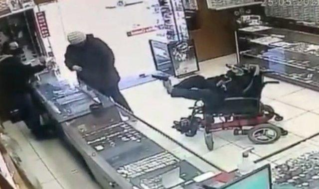 В Бразилии 19-летний инвалид, взяв пистолет ногами, пытался ограбить магазин