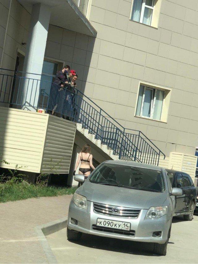 В Якутске стриптизерши остались без работы и устроились курьерами в пиццерию
