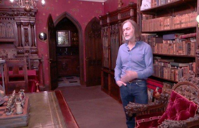 Никас Сафронов в 15-комнатной квартире в Москве