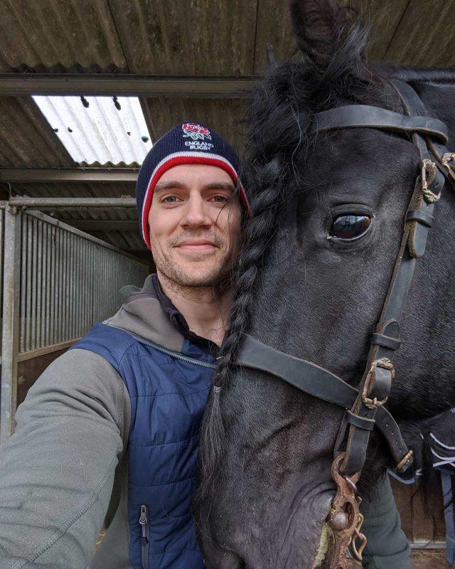 """А тут Генри знакомится с конем, который сыграет Плотву во втором сезоне """"Ведьмака"""""""