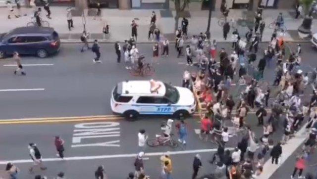 Полиция Нью-Йорка машинами давит протестующих