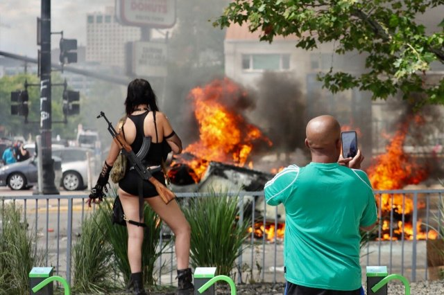 В Солт-Лейк-Сити вооруженные митингующие переворачивают машины полиции и залезают на них