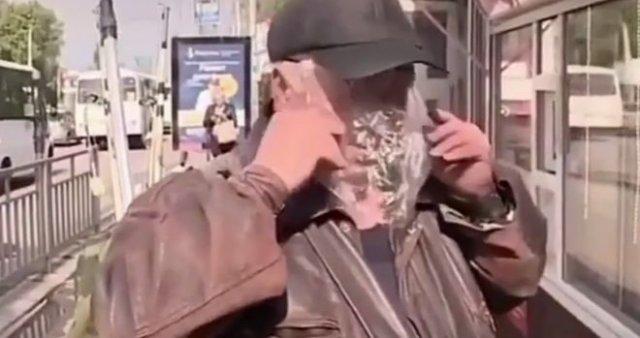 Мужчина повеселил репортеров своей странной маской