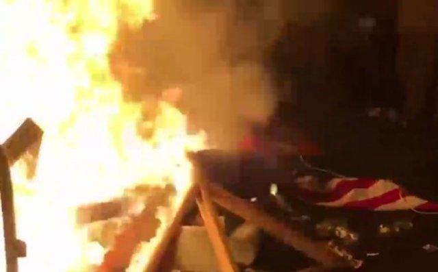 Американцы добрались до Белого дома и сожгли возле него флаг США