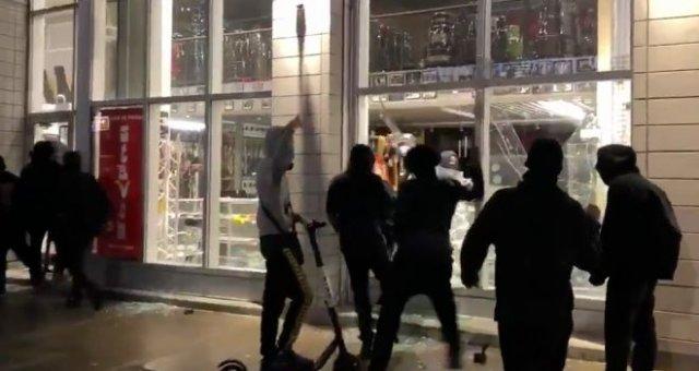 В Монреале протестующие разворовали магазин с гитарами