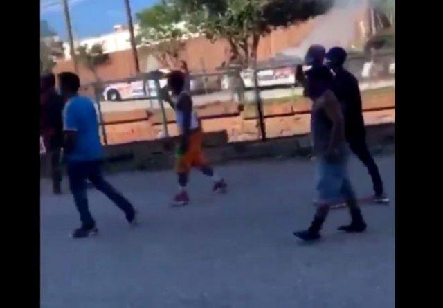 Мужчина пытался вызвать полицию, но его избили митингующие