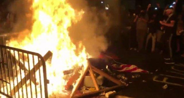Протестующие устроили пожар у Белого дома в Вашингтоне и ранили 50 агентов секретной службы
