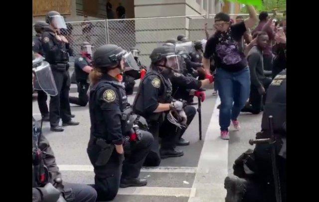 В Портленде полицейские встали перед протестующими на колени