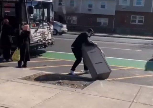 В США мужчина украл банкомат и пытался уехать с ним на автобусе