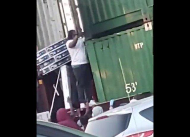 В США протестующие грабят поезда с техникой прямо на ходу