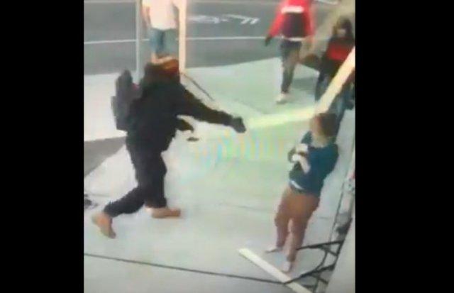 Темнокожий парень ломает доску об голову белой женщины
