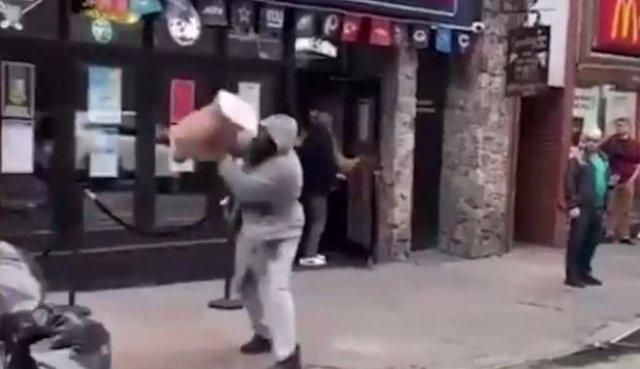 Темнокожий парень устроил избил манекен