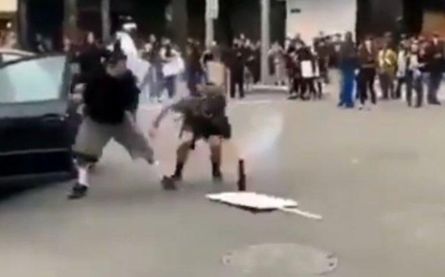 Протестующий хотел запустить фейерверк, но другой участник митинга закинул петарду обратно ему в маш