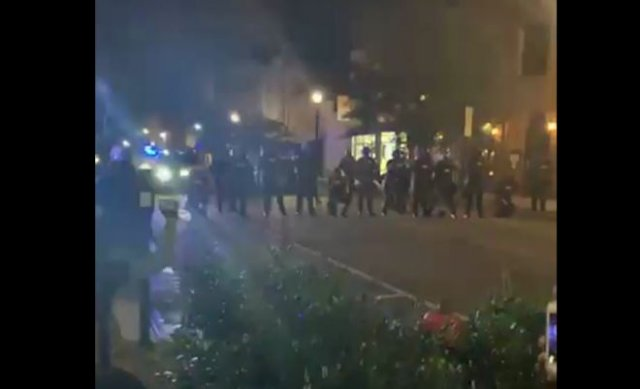 В США полицейские обманули протестующих, встав на колени