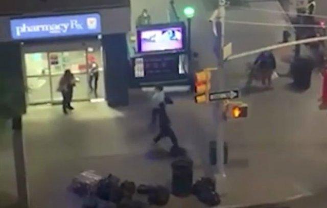 Мгновенная карма: очевидцы вступились за белую женщину, которую начал избивать темнокожий
