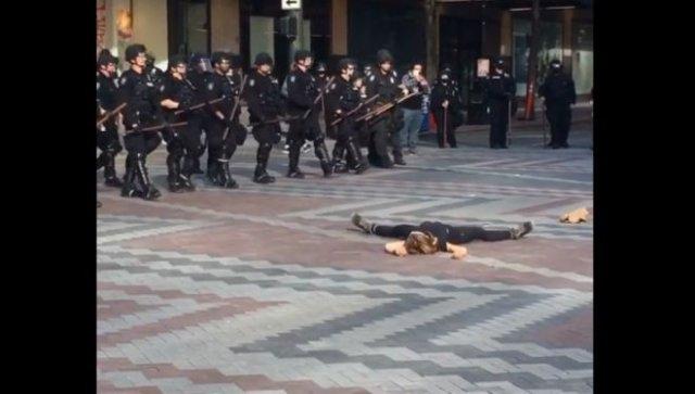 В США девушка устроила странный протест, но он не удался