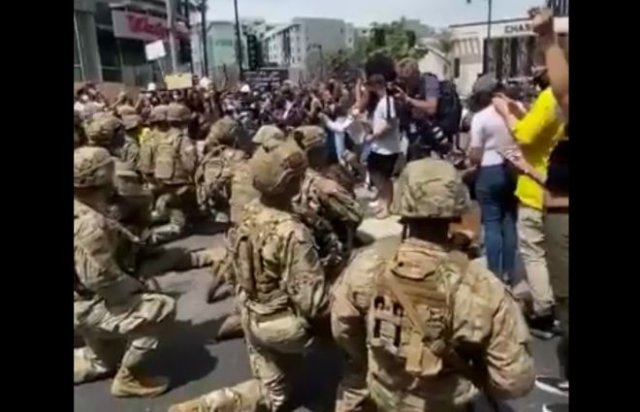 Бойцы национальной гвардии США встали на колени перед протестующими