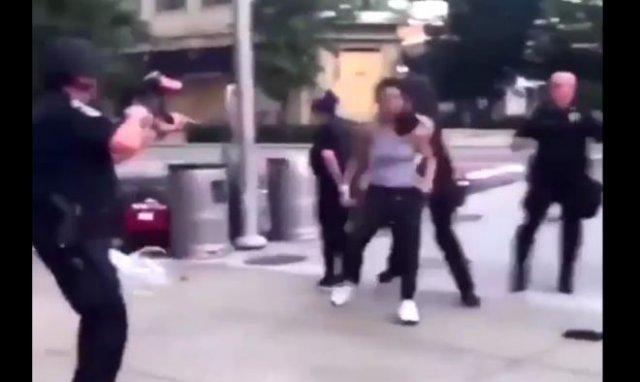 Протестующую девушку расстреляли из пейнтбольного ружья и избили дубинками