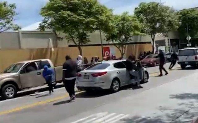 Темнокожие вытащили из машины пожилого мужчину и избили его