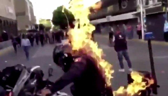В Мексике протестующие подожгли полицейского