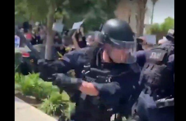 На протестах в США заметили полицейского, который явно был бейсболистом