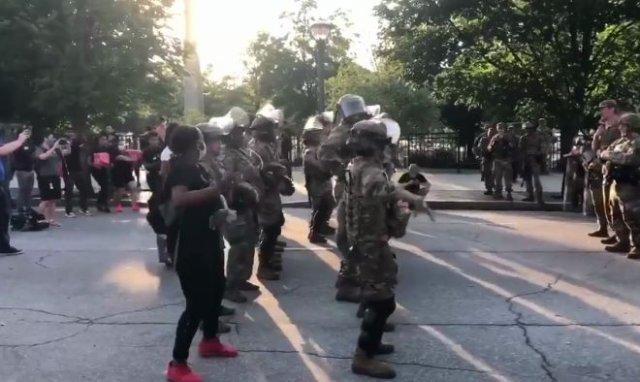 В Атланте полицейские пытались успокоить протестующих танцем