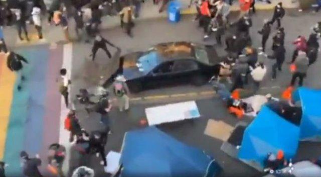 В Сиэтле мужчина въехал на машине в толпу протестующих, а после начал стрелять