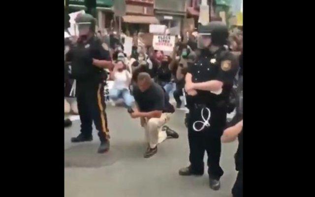 Полицейский отказался вставать на колени