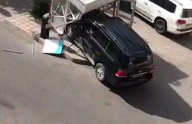 В Киргизии водитель внедорожника пошел на таран будки охранников