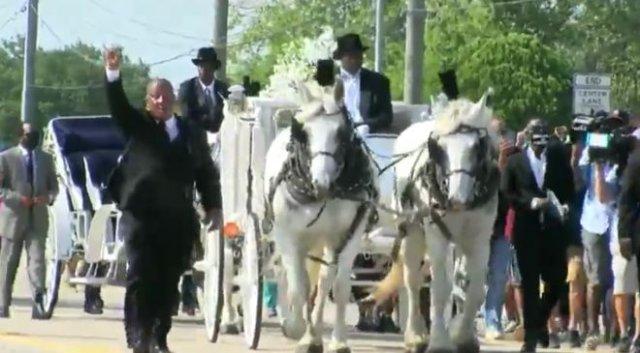 Похороны Джорджа Флойда: позолоченный гроб и повозка, запряженная белыми лошадьми