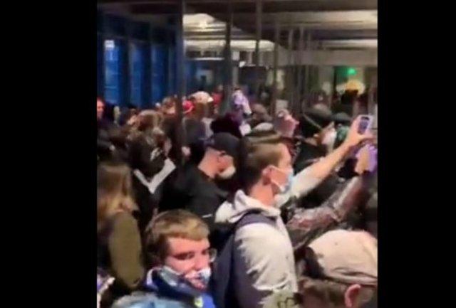 В Сиэтле протестующие захватили здание мэрию и требуют создания автономной зоны