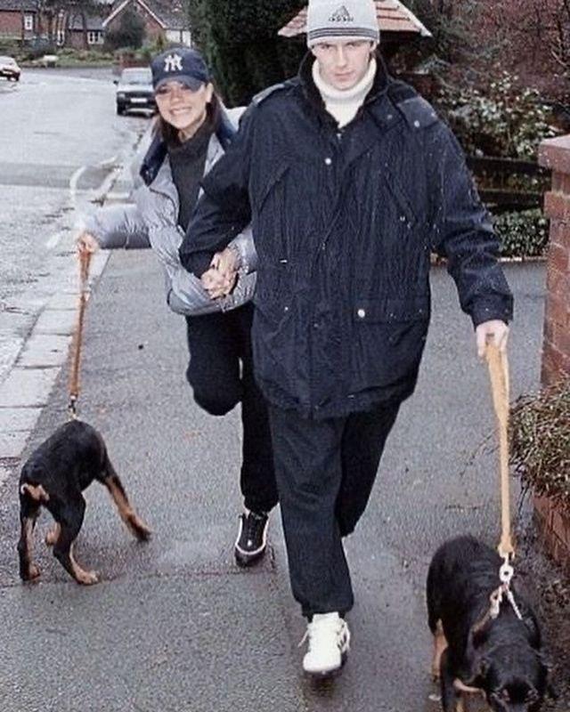 Дэвид и Виктория Бекхэм гуляют с собаками, 1997 год