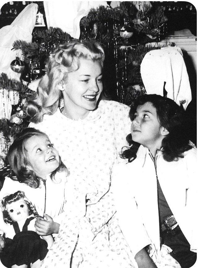 Шер с мамой и сестрой на Рождество, начало 50-х